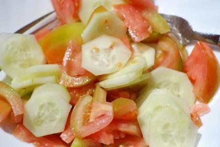 Ensaladas de frutas o de verduras para compartir en la piscina o en la playa