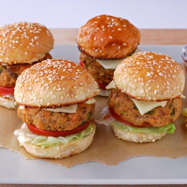 Receta de mini hamburguesas de salmón para comer pescado azul de forma diferente
