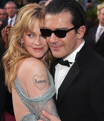 """Atención al tatuaje fino y con clase que se quiere hacer Melanie Griffith en honor a su ex-""""Anchonio"""""""