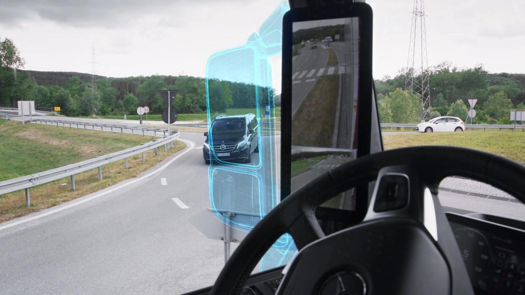 El camión Mercedes-Benz Actros marca el adiós a los espejos retrovisores y a lo analógico: así funciona la tecnología MirrorCam