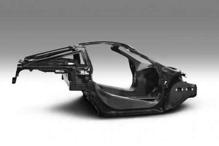 De este esqueleto de fibra de carbono saldrán los próximos 15 superdeportivos de McLaren