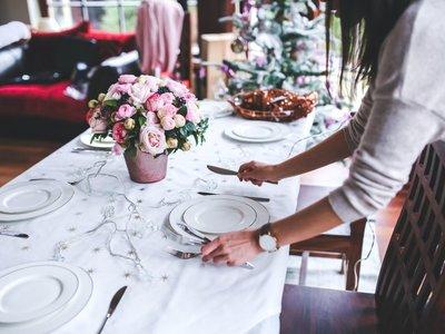 Guía para anfitrinones principiantes en Navidad: Cómo triunfar en la primera cena con invitados
