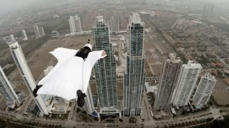 No hay nada más alucinante que volar en wingsuit entre dos rascacielos