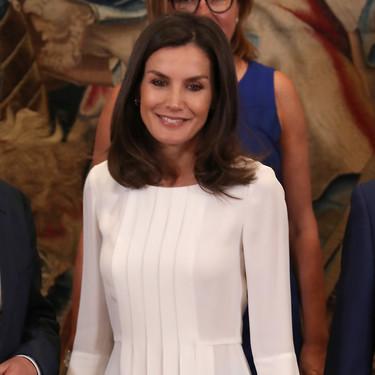 Doña Letizia Ortiz vuelve a apostar por el azul cielo, esta vez acompañándolo del blanco nuclear