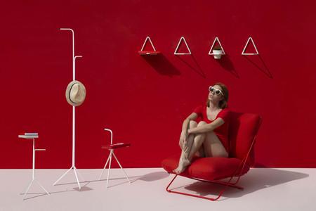 Diseño minimalista para la nueva colección D12 de Diabla; un perchero, una mesa y un estante en donde la estructura lo es todo