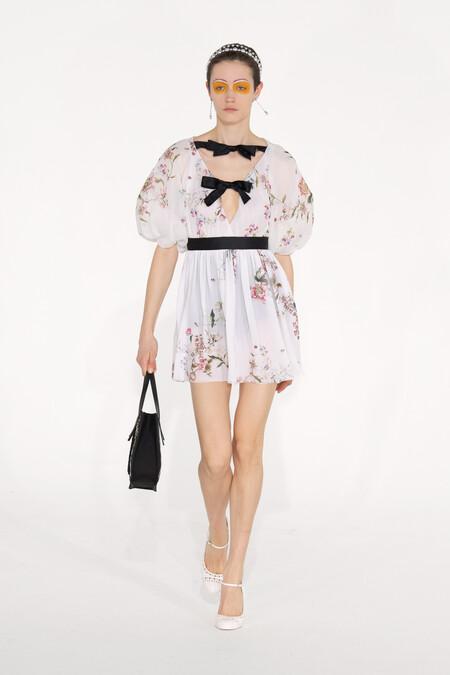 Giambattista Valli no se resiste y crea una colección llena de vestidos de fiesta inspirada en Paolina Bonaparte para el próximo otoño/invierno 2020-2021