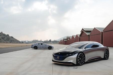 El Mercedes-Benz EQS se pasea junto a su prototipo para anunciar su estreno este año