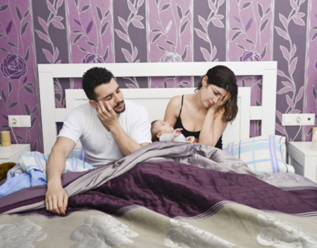 ¿Sabías que los papás recientes duermen menos que las madres?