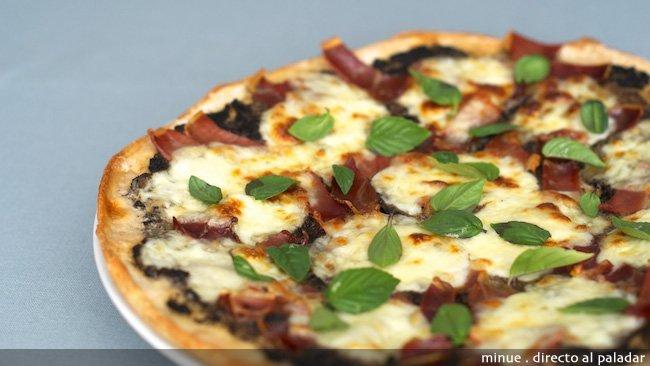 Pizza de jamón y aceitunas - presentación