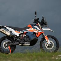 ¡Más radical! Suspensiones aún más largas, fibra de carbono y Akrapovic para la KTM 790 Adventure R Rally