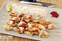 Brochetas de pollo marinadas con yogur griego y harissa. Receta