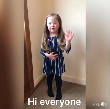 """Chloe, la niña que pide llevar """"calcetines desparejados"""" para celebrar el Día Mundial del Síndrome de Down"""