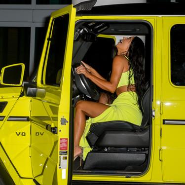 Kim Kardashian vuelve a llamar la atención con sus dos últimos estilismos: ¿eres de rosa (neón), amarillo flúor o de color plata?