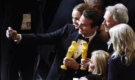 Bradley Cooper y Clint Eastwood se hacen un selfie con los Oscars de Lego