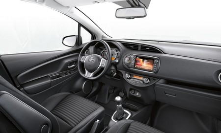 toyota-yaris-2014-advance-interior-1000.jpg
