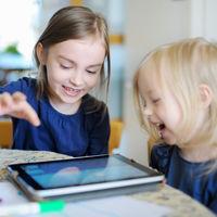 """Abusar del """"tiempo de pantalla"""" afectaría la inteligencia de los niños, ¿estamos cuidando su uso?"""