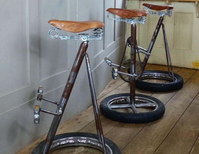 ¿Pedaleamos un rato? Un taburete artesano perfecto para la casa de un amante de la bicicleta