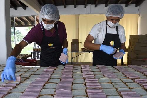 La ONG de José Andrés reparte comida en la frontera con Venezuela y pide no politizar la ayuda humanitaria
