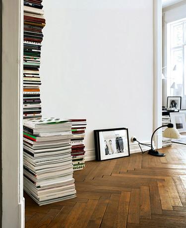 ¿Buena o mala idea? Revistas apiladas en el suelo como elemento decorativo