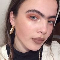 ¿Es Frida Kahlo? No, pero Scarlett Costello pretende volver a poner de moda su entrecejo