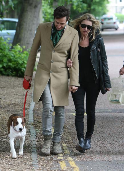 Jamie Hince paseando con Kate Moss