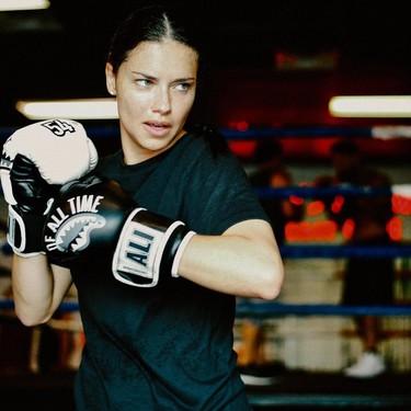 El boxeo es el deporte preferido de Adriana Lima y, con estos 7 vídeos de entrenamiento combinado con fitness para hacer en casa, puede ser el tuyo también