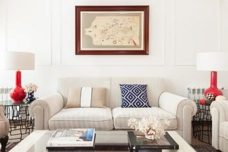 Puertas abiertas: clasicismo renovado en una vivienda en blanco con detalles de color
