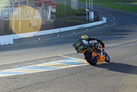 Chip Yates probando la SWIGZ.COM en el Infineon Raceway