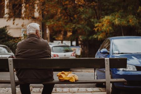 anciano en banco