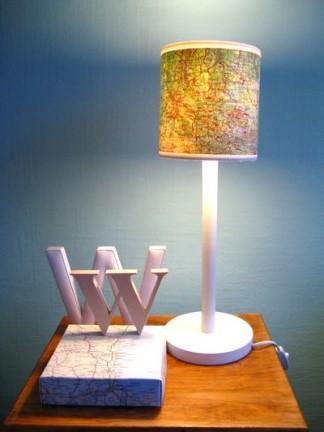 Una lámpara decorada con mapas