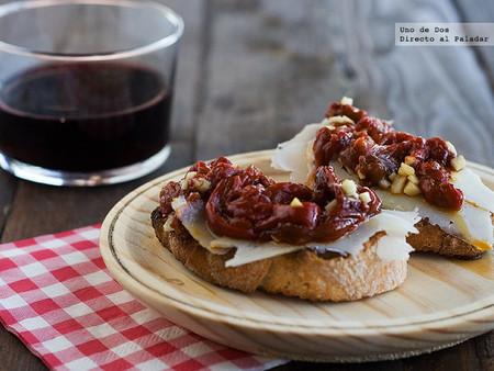 Tostas de ensalada de pimientos con queso, receta fácil y rápida