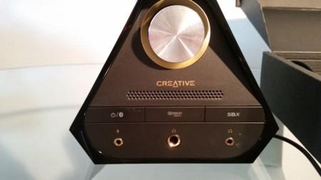 Conectores de auriculares y detalle de los interruptores y potenciómetro de sonido