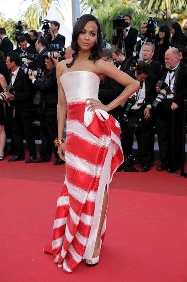 Zoe Saldana y su estupendo look a rayas