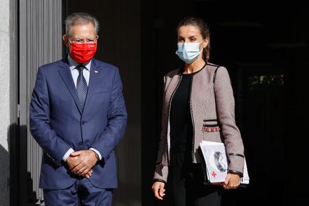 La reina Letizia se apunta a la tendencia de las chaquetas de flecos para su reunión con Cruz Roja