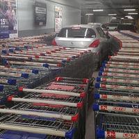 La venganza perfecta contra el pelotudo que aparcó mal su coche en un supermercado argentino: rodearlo con carritos
