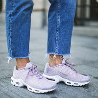 Las zapatillas deportivas se visten con el color Pantone 2018