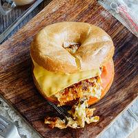 Bagel de huevos a la mexicana con queso. Receta para el desayuno