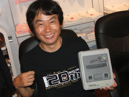 Pierde la cabeza y... ¡vende una SNES firmada por Miyamoto!