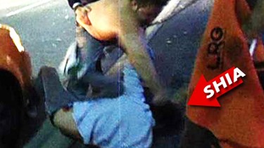 A Shia LaBeouf le hicieron besar el suelo en plena calle
