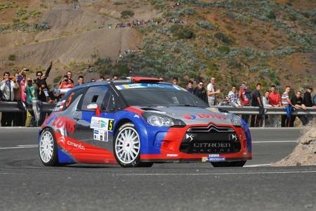 """Robert Kubica la """"lía"""" en la primera etapa del Rally Islas Canarias"""