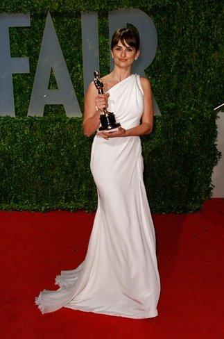 El vestido de novia de Penélope Cruz: sus mejores looks con vestidos de fiesta blancos. Versace Atelier