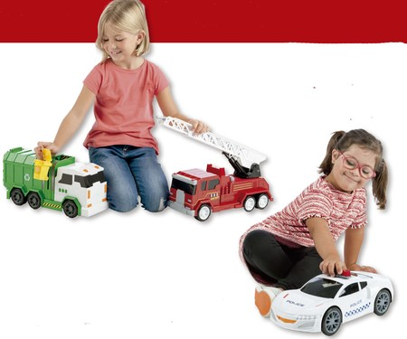 Niñas jugando con camiones
