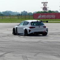 El coche 100% eléctrico de carreras de CUPRA ya ha rodado en circuito y se mueve así de bien…o no