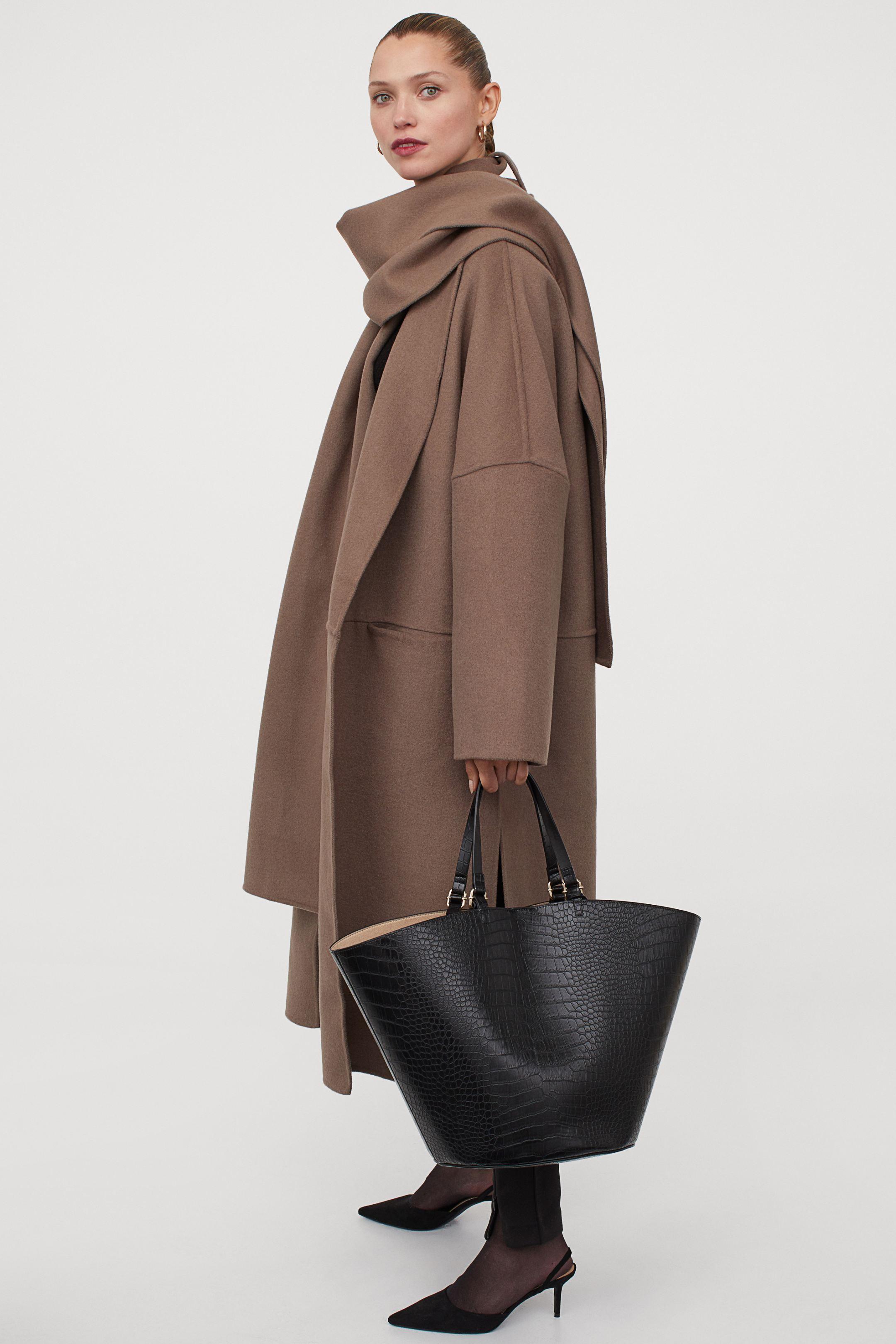 Abrigo en mezcla de lana con bufanda incorporada