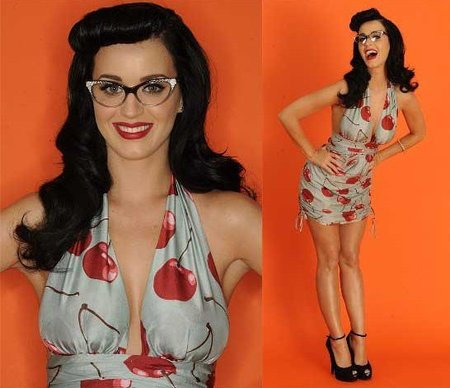 Katy Perry posando para los Teen Choice Awards 2010 como una intelectual de lo más sexy
