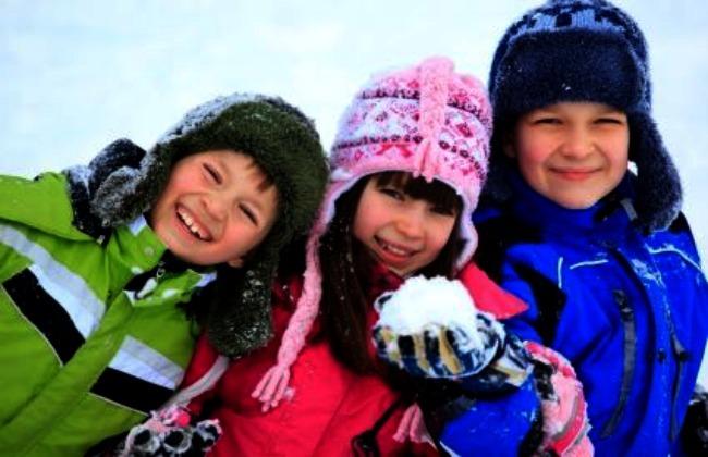 Niños en invierno jugando