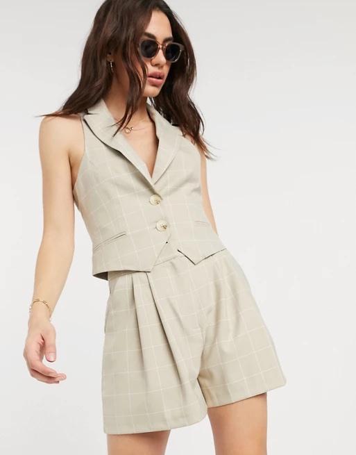 Pantalones cortos de traje con diseño a cuadros tipo cuadrícula color camel.