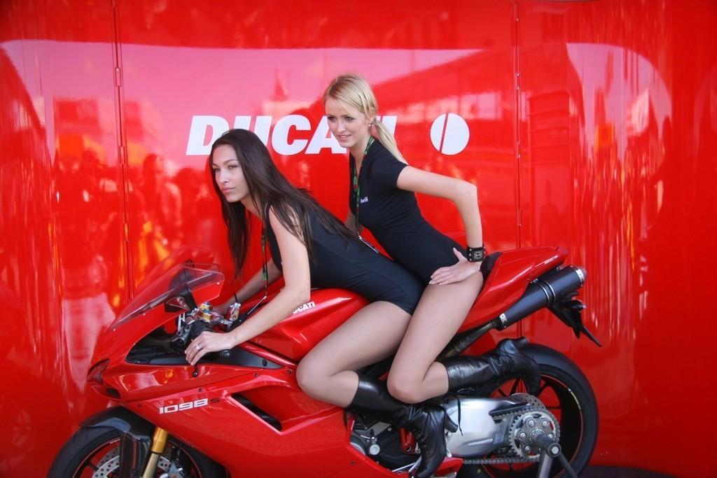 Foto de Las pit babes de Estoril en una Ducati 1098 (30/35)