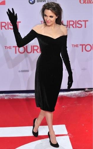 Los dos vestidos negros que Angelina lució en Berlín