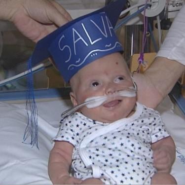 Salvador se gradúa en la UCI, tras nacer prematuro hace cinco meses y con 510 gramos de peso: una historia emocionante de valentía
